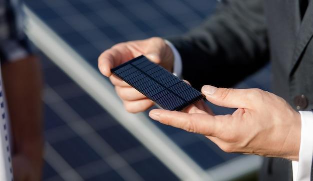 太陽電池パネルの太陽光発電要素のビューを閉じます。