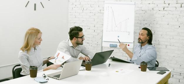 Совместная работа деловых людей в свете современного офиса