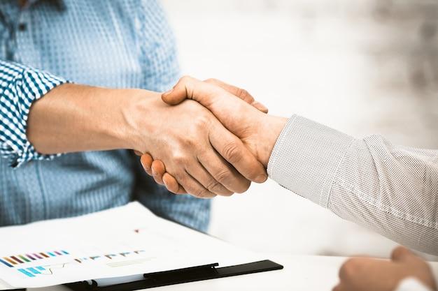 Рукопожатие деловых партнеров, крупный план