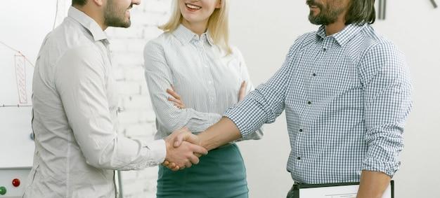 Деловые партнеры обмениваются рукопожатием