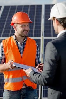 Бизнес-клиент подписывает договор на установку солнечных панелей.