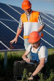 Рабочие на солнечной электростанции.