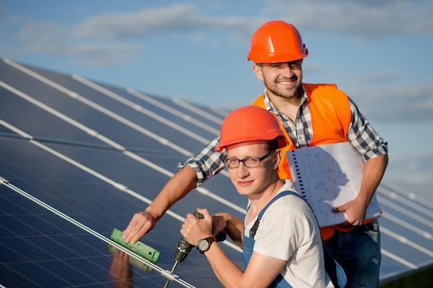 Инженеры устанавливают солнечные батареи.