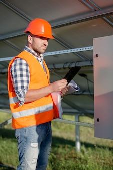 Бригадир проверяет процесс установки солнечных батарей.