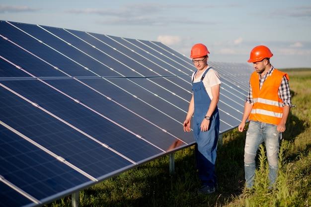 Вид на фотоэлектрические панели солнечной электростанции.