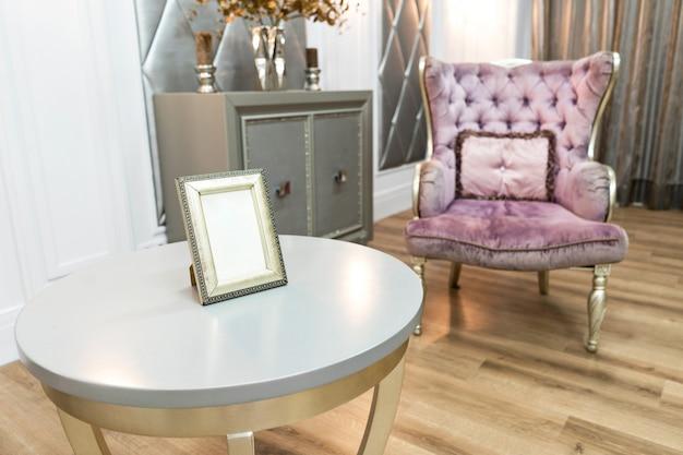 Красивый роскошный интерьер дома с стеганым фиолетовым креслом