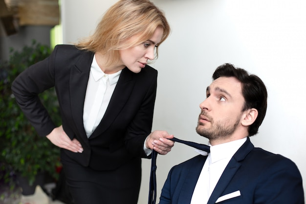 Красивая женщина соблазняет своего босса