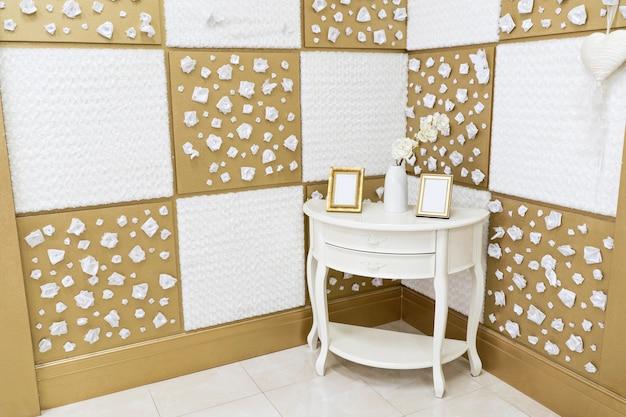 Роскошный интерьер дома в светлых тонах с винтажным деревянным комодом в углу. картинки в фоторамках на комоде. квадрат фона.