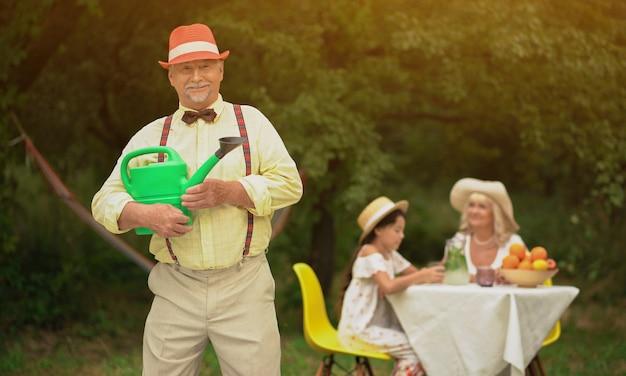 庭の格好良い老人と彼の家族