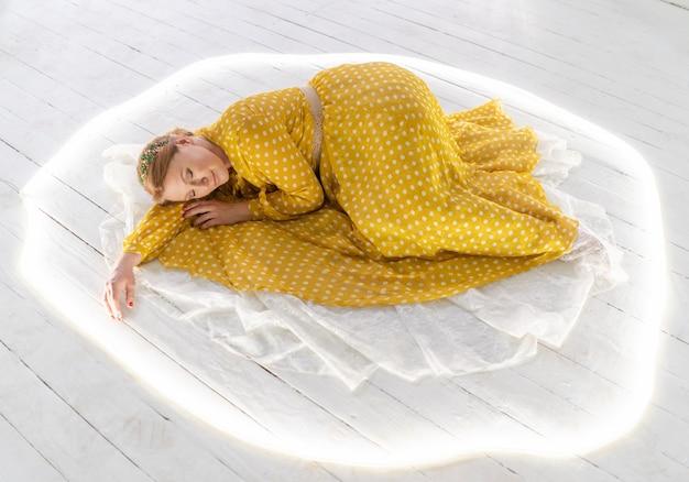 幸せな女性は幸せな保護された女性のコンセプトで寝ています。