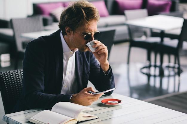 Офисный работник пошел в ресторан, чтобы выпить кофе и работать удаленно