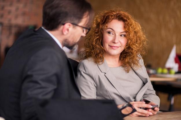 近代的なオフィスでのビジネス人々の交渉。