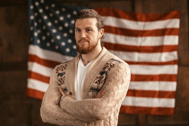 アメリカの国旗を持つ肌の薄いアメリカ人