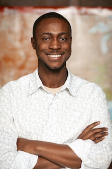 笑みを浮かべてアフリカ系アメリカ人の男