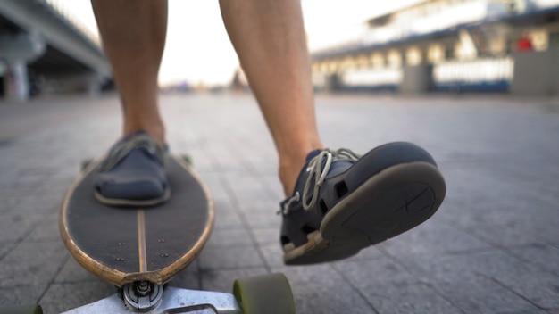 スケートボードでスピードを上げる男