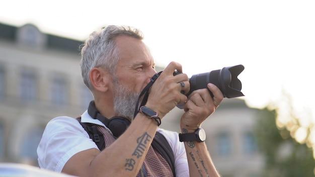 色白のヒップスターが街の写真を撮る