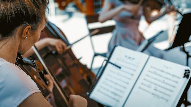 Молодая девушка играет на скрипке