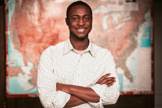アメリカの地図を持つ若い黒人起業家