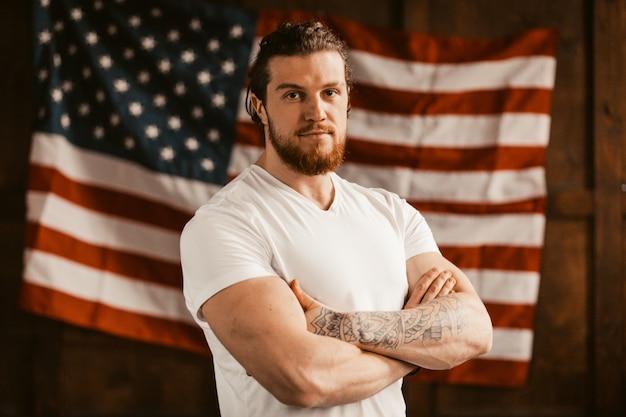 アメリカの国旗に自信を持っているアメリカ人