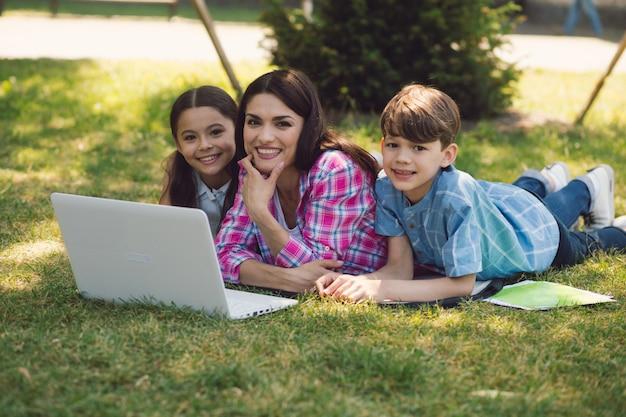 Учитель дает урок с ноутбуком в парке