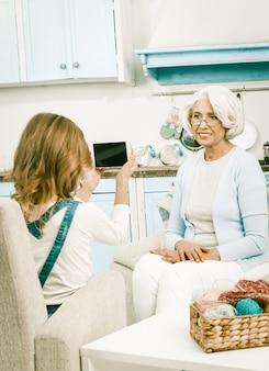 Внучка помогает бабушке с видео блогом для социальных сетей