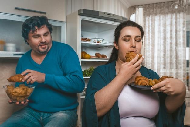 Тело позитивная пара переедать нездоровую пищу перед сном