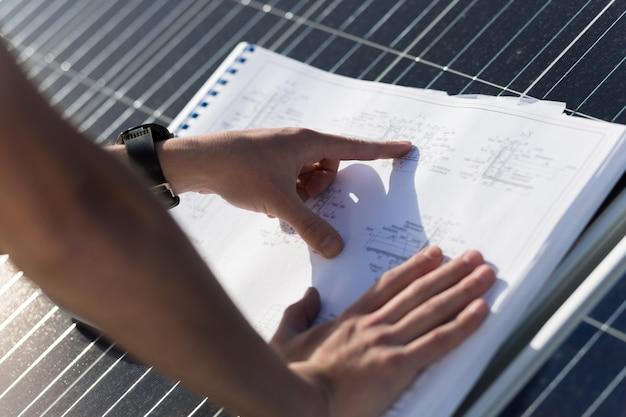 Крупным планом вид на руку, указывая в технических чертежах.