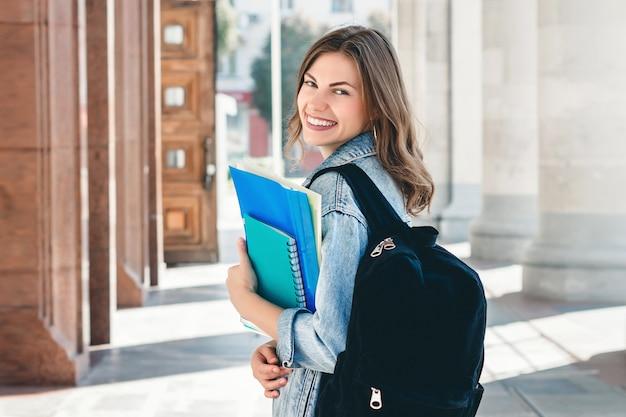 Молодая девушка студент улыбается