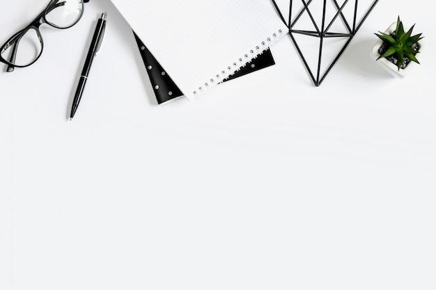 Ручка, очки, блокнот, блокнот, суккуленты