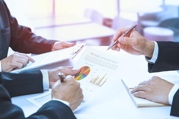 Просмотр финансовых отчетов в ответ на инвестиционный анализ