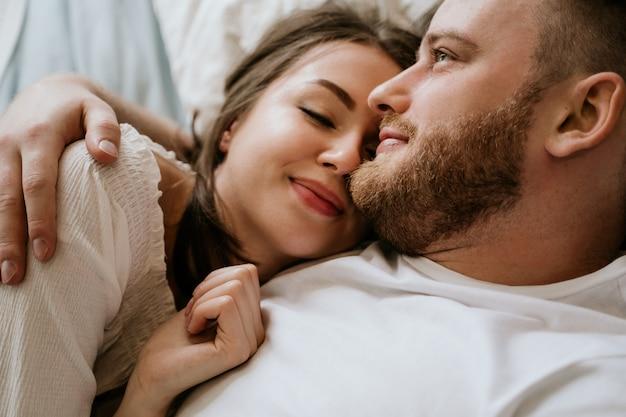 寝室で恋カップル。細身のブルネット。スタイリッシュなインテリア。