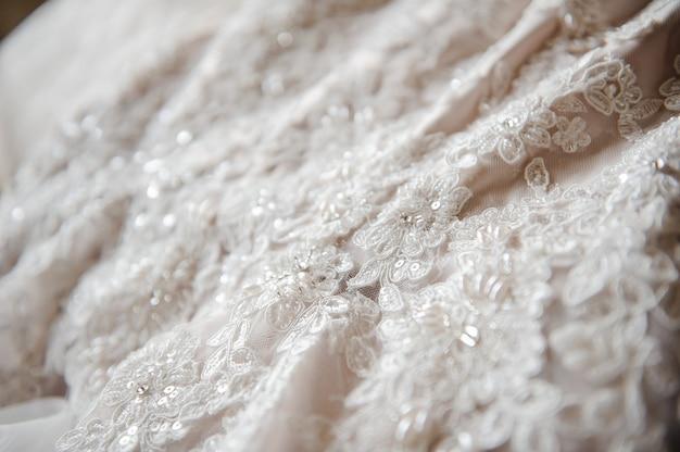 ウェディングドレス。近い絵。ドレスに刺繍。