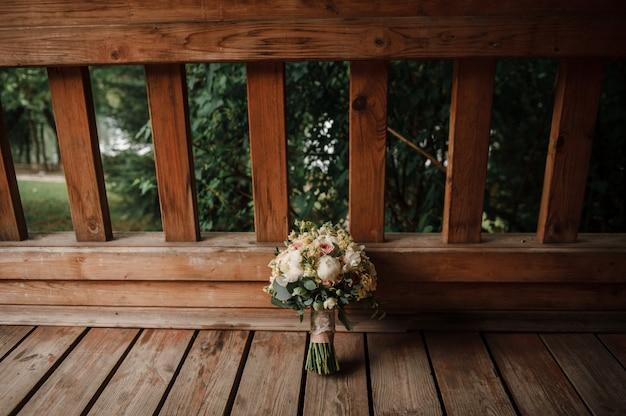 Букет невесты на деревянном фоне