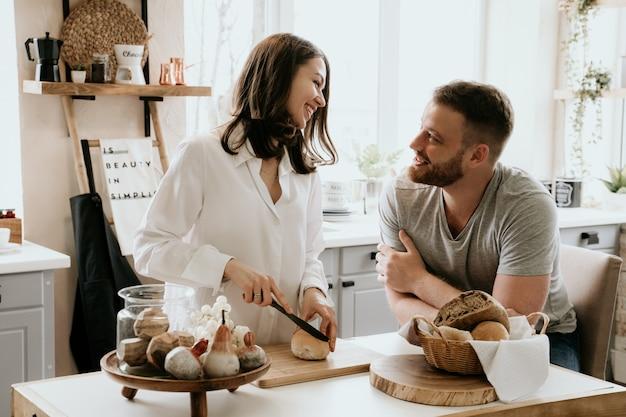 ロマンチックなカップルは台所で料理を一緒に