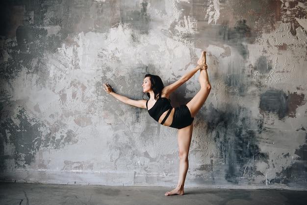 Правильное питание. спорт дома. нажмите и растяжения. девушка с темными волосами, восточная внешность. диета, похудение.