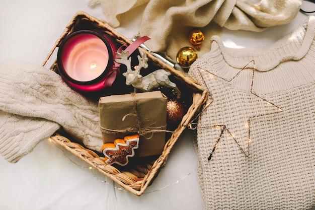白いセーター、ニットミトン、クリスマスデコレーションとギフト