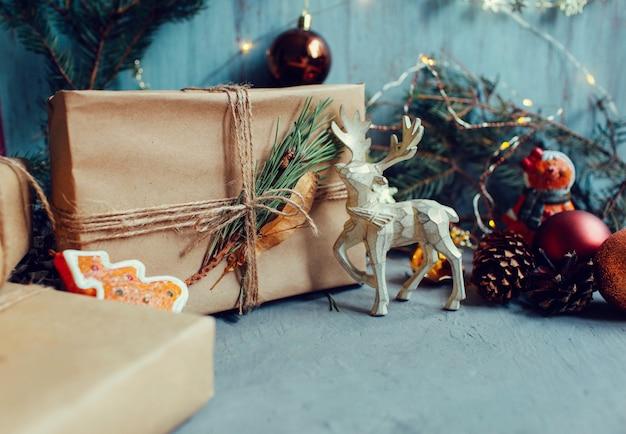 クリスマスと新年の休日の背景と壁紙。暗い灰色の背景にクリスマスの装飾のおもちゃ