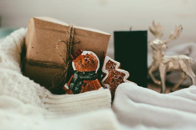 Новогодний подарок и новогодние игрушки