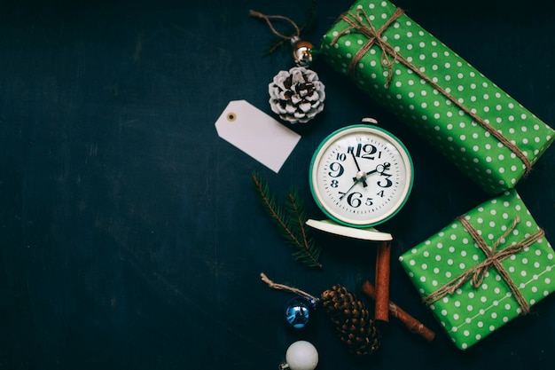 Новогодний подарок и новогодние игрушки на темном фоне