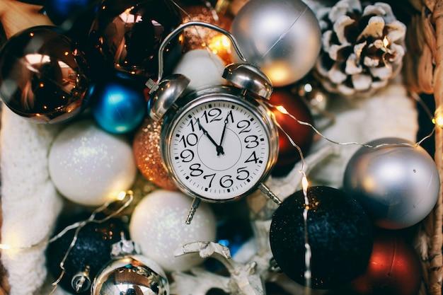 Новогодняя атмосфера новогоднего подарка и новогодних игрушек