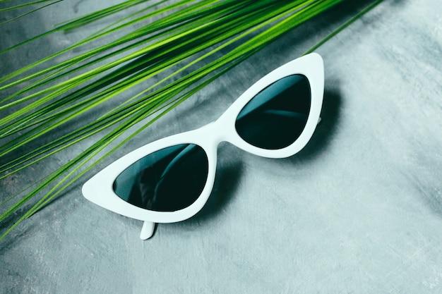 白人女性のサングラス猫の目の形のメガネ