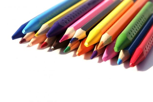 学校の虹に引き戻すためのクレヨンと鉛筆