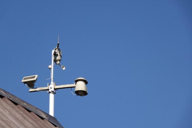 Погодная метеостанция на столе голубое небо
