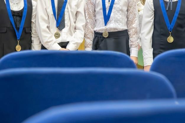 Вручение медалей на фестивальном виде из зала
