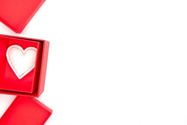 バレンタインの日、赤いリボンとキャンドルでクラフト紙のギフトボックス。素朴なスタイル