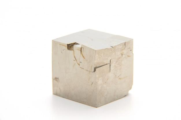 Макросъемка природного минерального камня - пирит, камень на белом фоне, отражение