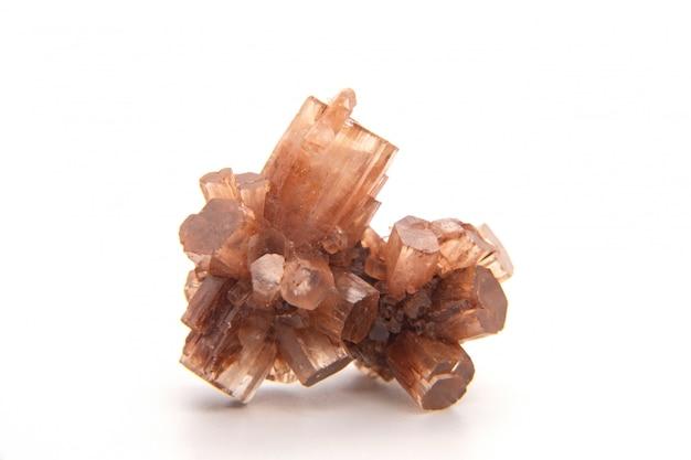 Макро минеральный камень арагонит на белом фоне, тауз, марокко