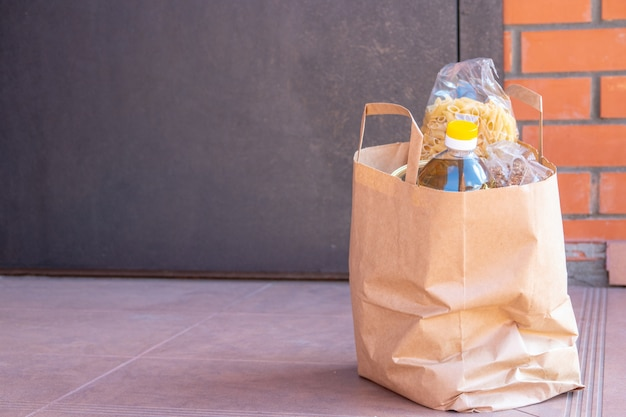 Различные консервы, макароны и крупы в картонной коробке. продовольственные пожертвования или концепция доставки еды.