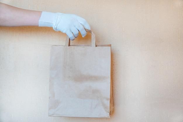 Бумажный пакет. продовольственные пожертвования или концепция доставки еды.