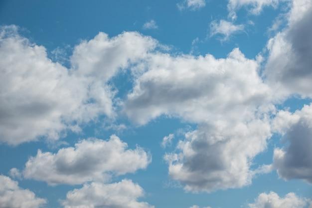 Голубое небо с облаком и солнцем крупным планом